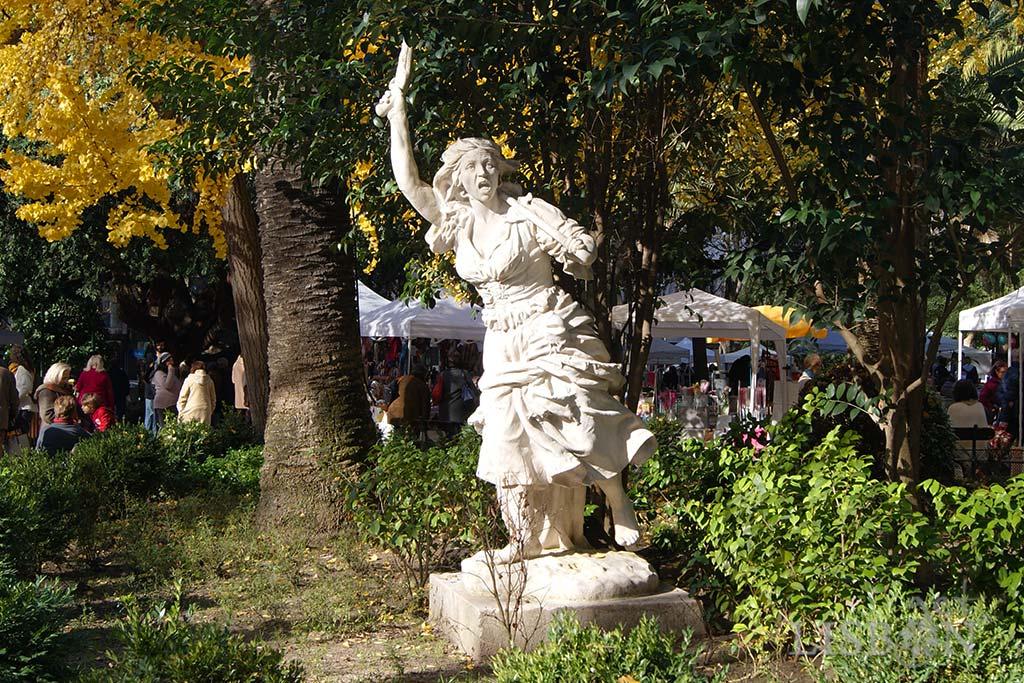 Monumento à Maria da Fonte no Jardim Teófilo Braga em Campo de Ourique. A estátua em mármore branco é plena de expressão e movimento. Representa uma mulher jovem, em tamanho maior que o real, vestida de traje minhoto e descalça. Com a mão esquerda segura uma arma artesanal, composta por uma vara com uma ponta de ferro, apoiada no ombro. A mão direita ergue uma pistola com a qual incita à luta, apontando o caminho aos seus seguidores.