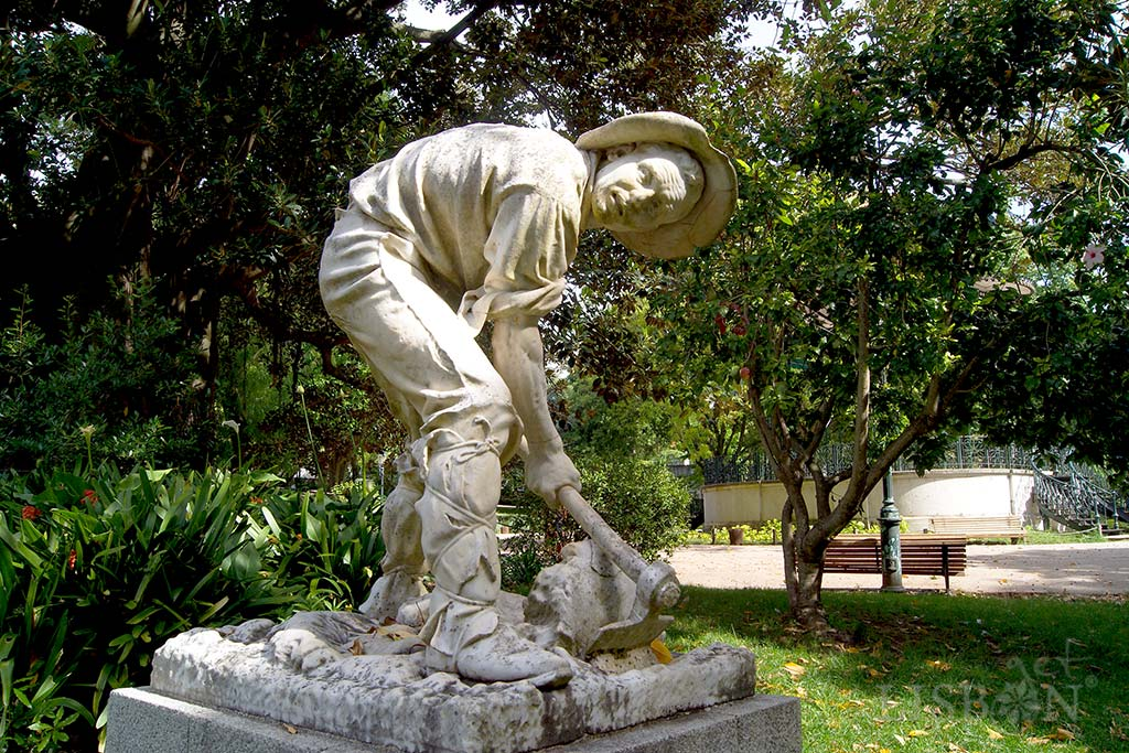 O Cavador, located in Estrela Garden since 1913. The torsion of the body, the illusion of movement and expressiveness associated to the plain clothes, make this a good example of the artistic skills and intention of the sculptor.