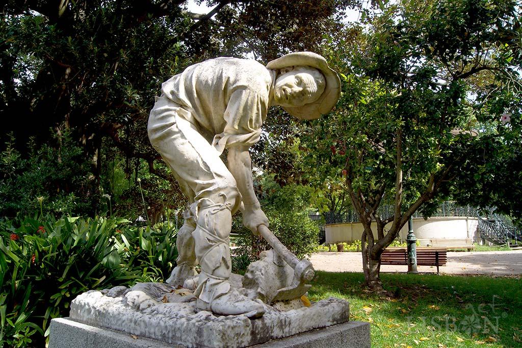 O Cavador, presente no Jardim da Estrela desde 1913. A torção do corpo, a ilusão de movimento e expressividade, associadas à indumentária sem embelezamentos, fazem deste um bom exemplo das capacidades plásticas e da intenção deste escultor.