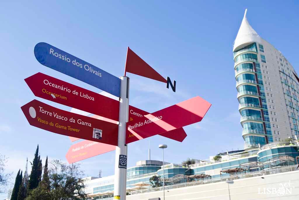 Placa toponímica do Parque das Nações. As suas placas toponímicas têm um design próprio, acompanhando o desenvolvimento do urbanismo e da arquitectura. São placas azuis em poste de alumínio que convivem com as de sinalização.
