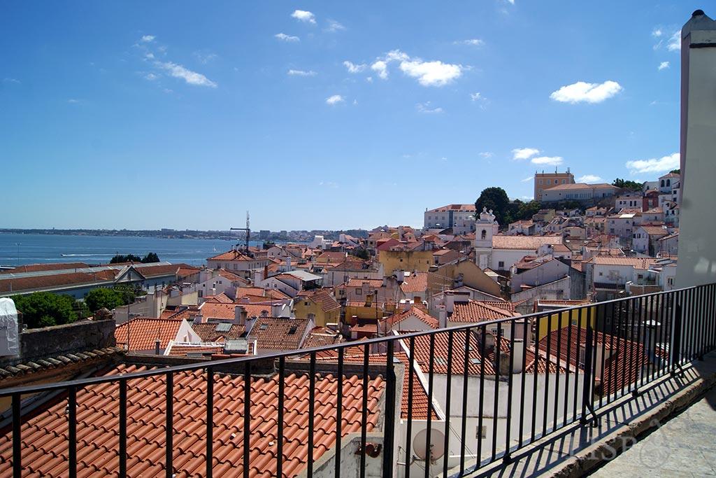 Miradouro de Santo Estevão que fica apenas a pouco mais de 1Km de distância dos Miradouros de Santa Luzia e das Portas do Sol