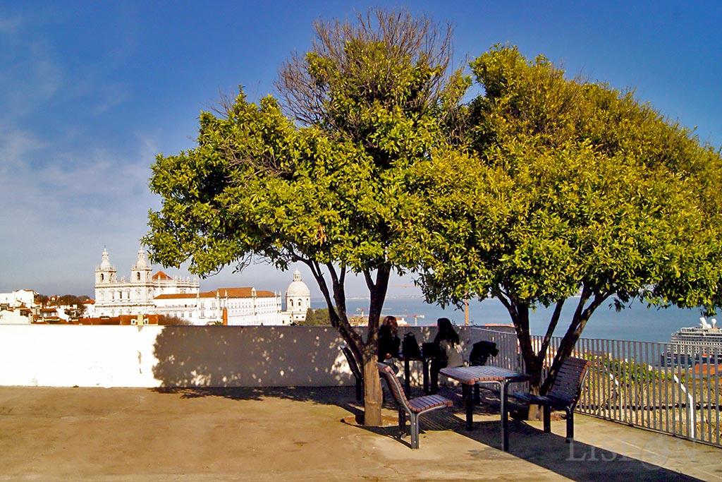 Miradouro do Recolhimento, um espaço aprazível que convida a permanecer com um terraço que lhe oferece diferentes perspectivas de monumentos emblemáticos como o Mosteiro de São Vicente de Fora e a Igreja de Santa Engrácia.