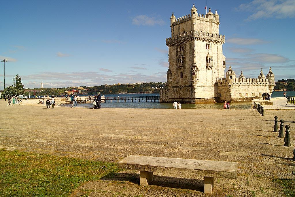 Os nove bancos, localizados junto à Torre de Belém, datam de 31 de Dezembro de 1999