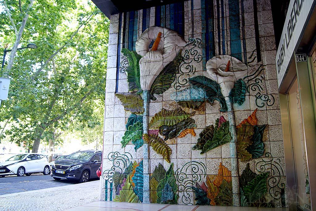 Painel no nº 144-146 da Avenida da Liberdade de Teresa Cortez. Foi executado na Fábrica Viúva Lamego e tem 6m de altura por 4m de largura. Nele estão representados dois grandes jarros, flor que simboliza paz e tranquilidade.