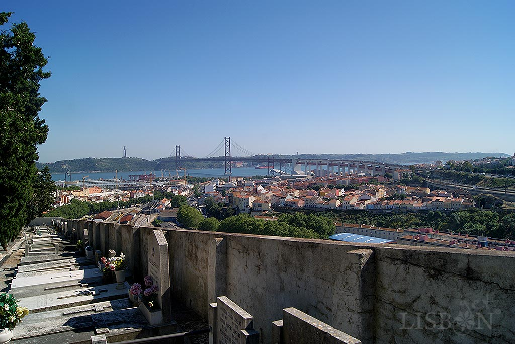 Cemitério histórico dos Prazeres, um museu ao ar livre de onde pode alcançar uma privilegiada vista da zona ocidental da cidade