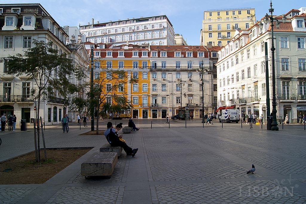 No Largo do Corpo Santo, entre o Cais do Sodré e a Ribeira das Naus, existem mais 5 bancos com poesia.