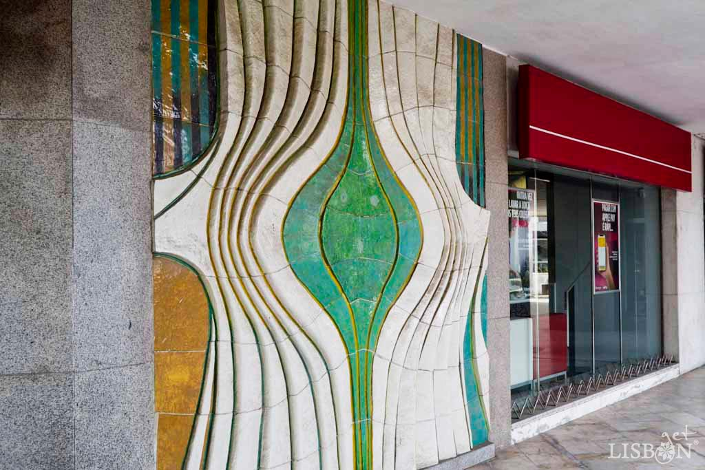 Ceramic panel in Alvalade Square. The wavy graphism that we observe is created not only by the lines and colours, but also by the ceramic slabs themselves. These were cut to form curves and counter-curves and are perpendicular to the composition that appears to be an organic element in movement.