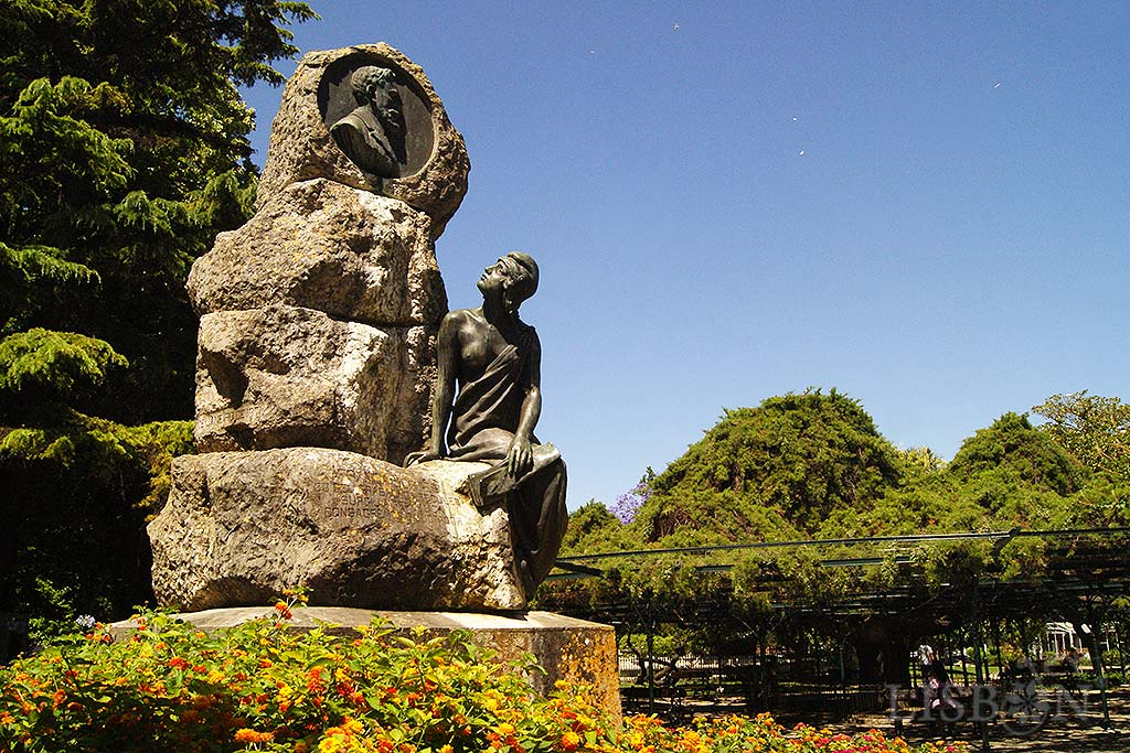 Monument of França Borges. This sculptural set is composed by: an overlap of stones that symbolise the determination and work of França Borges as a journalist and republican activist; his effigy, represented in a bronze medallion; and the life-sized figure of the Republic, seated with an attitude of complicity and acknowledgement.
