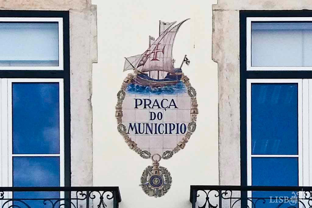 Placa toponímica da Praça do Município. Esta placa toponímica, que parece ser uma iniciativa contemporânea da da Praça de Luís de Camões, é um bonito exemplar de azulejaria portuguesa, aplicado numa fachada mesmo em frente à Câmara Municipal de Lisboa.