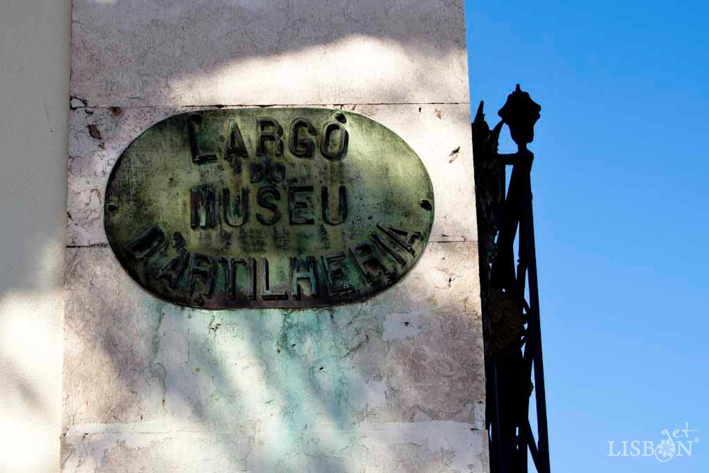 Placa toponímica do Largo do Museu da Artilharia. É uma placa em bronze de forma ovalada com as letras em relevo e revela-nos o antigo nome do Museu Militar de Lisboa que desde 1926 tem a actual designação.