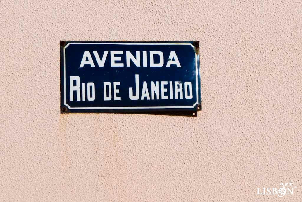 Placa toponímica da Avenida Rio de Janeiro. As placas metálicas, azul-escuro com letras brancas, que podem ser vistas ao longo desta avenida constituem uma homenagem à cidade do Rio de Janeiro onde o modelo de placa toponímica utilizado é idêntico.