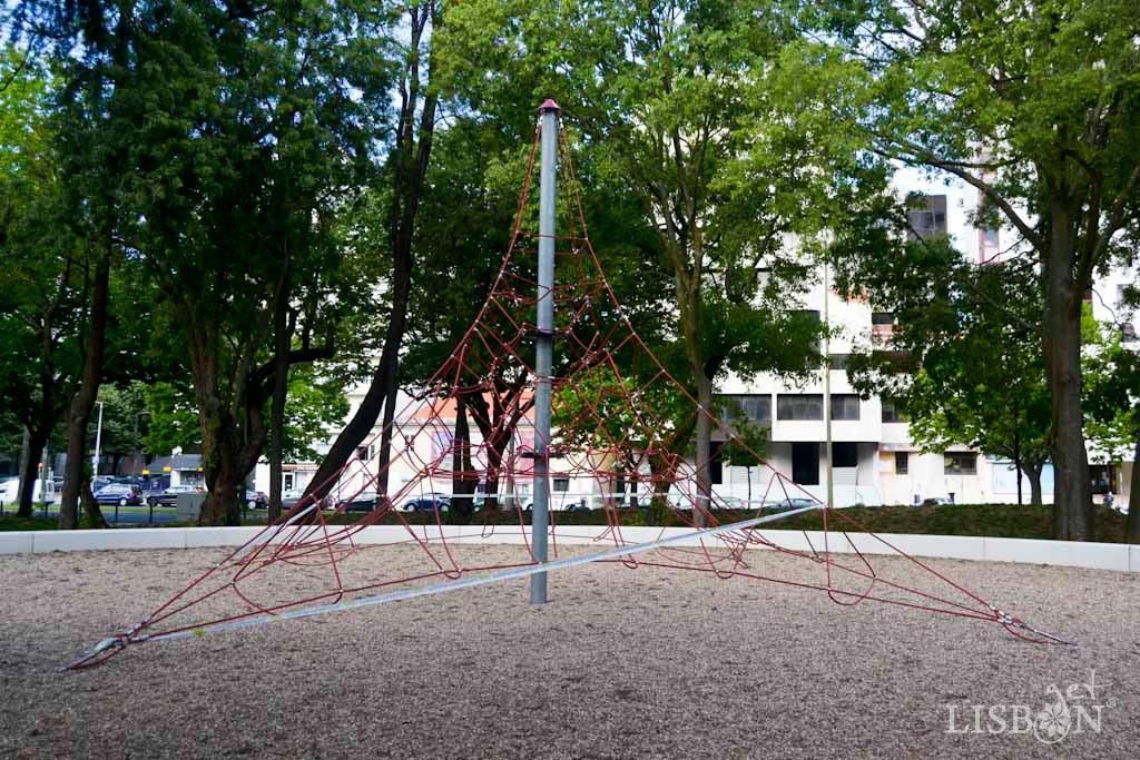 Rede de escalada poliédrica no parque infantil