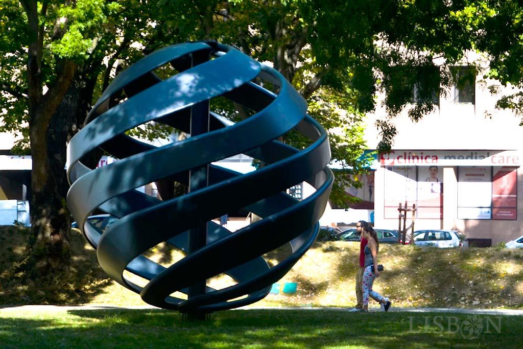 Grande esfera metálica: trata-se da representação da Curva Loxodrómica de Pedro Nunes, matemático português do séc. XVI, época em que o conhecimento matemático era fulcral para os navegadores.