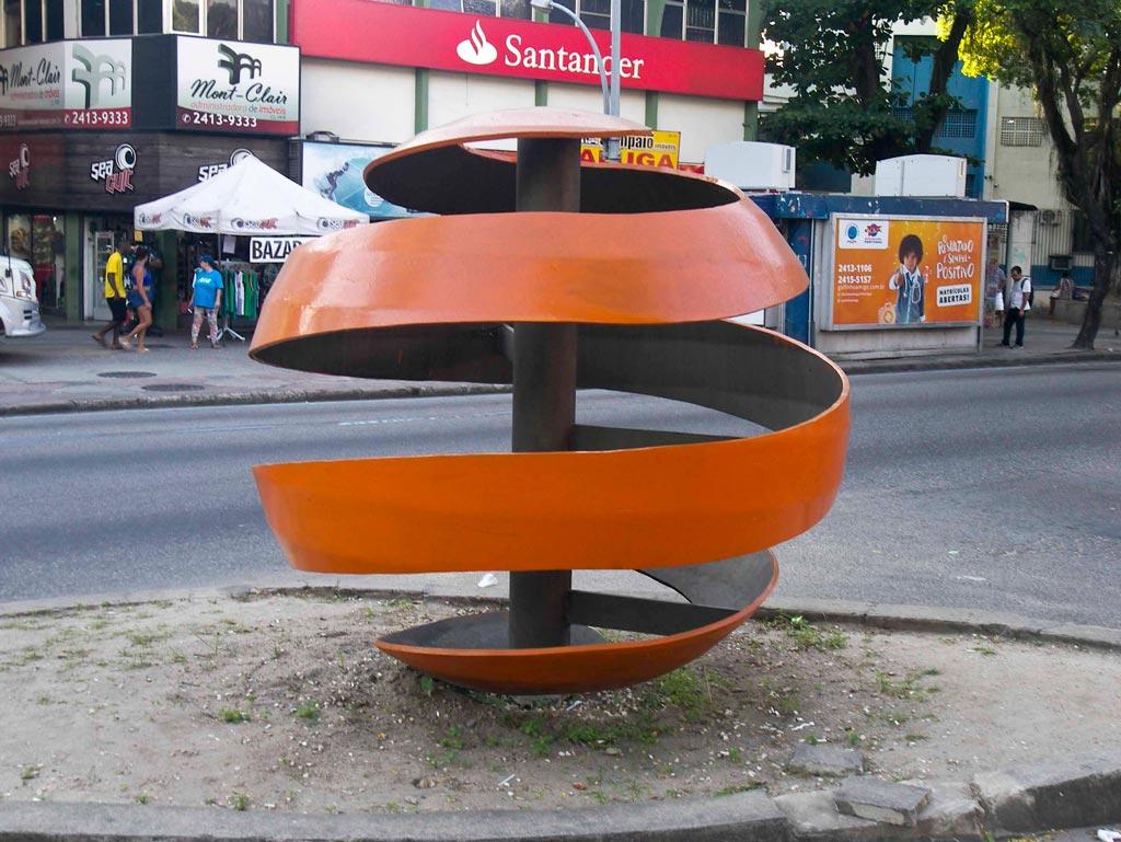 Monumento da Laranja, Campo Grande, Rio de Janeiro, Brasil; de Guilherme B Alves. Esfera composta por uma faixa espiralada cor-de-laranja que remete para a casca de laranja quando esta é cortada.
