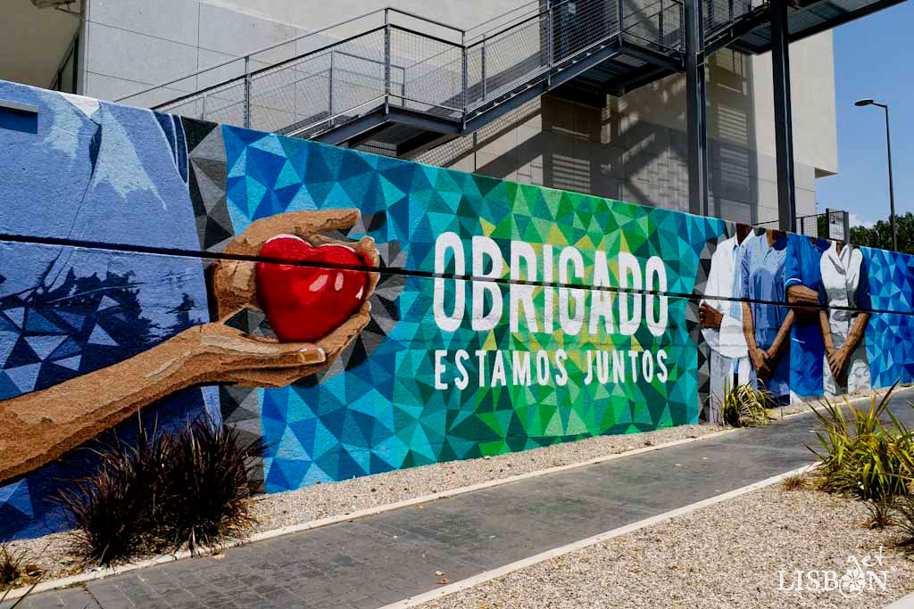 This last reference to urban art about social causes concerns a recognition of the efforts of health professionals who in this year of global health crisis, due to Covid-19, are fighting on the front lines to protect and save the population. The mural executed by three artists, Edis One, Pariz One and Ôje was promoted by the group Lusíadas Saúde and is located at Rua Abílio Mendes.