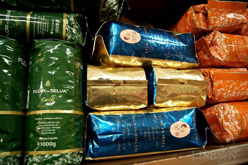 Coffee Roaster Flor da Selva: pre-packaged batches (Magnólia, Estrelícia, Orquídea and Azália) with different percentages of robusta and arabica species.