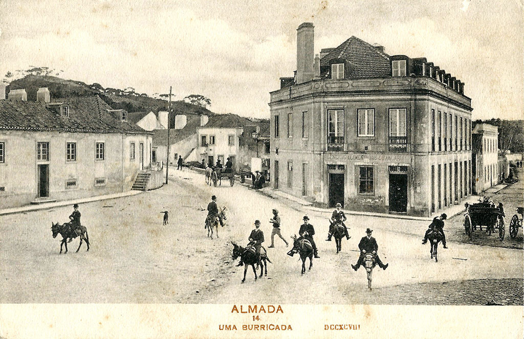 From Cacilhas where the fun donkey rides departed towards Alfeite