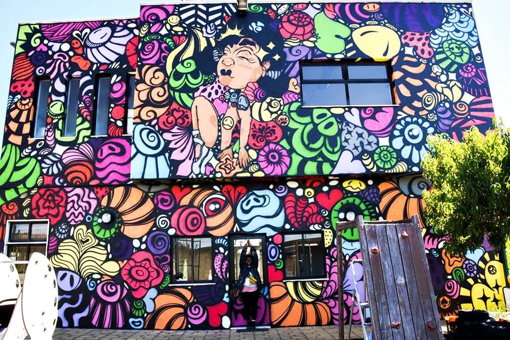 Mural Bailarina de Sonhos da artista urbana MOAMI, realizado no âmbito do Loures Arte Pública 2021